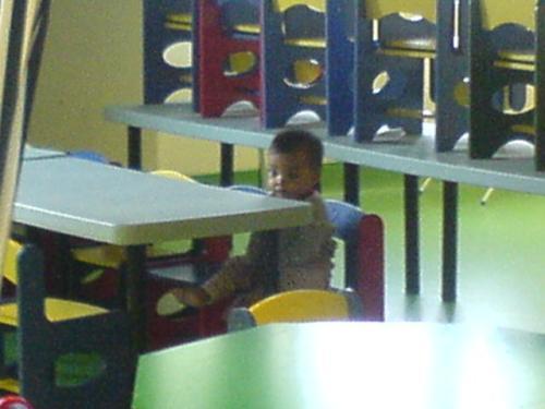 Alisha menunggu di meja makan..Mana kawan2 yang lain?